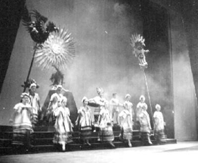 Bailarines ejecutan danza folclórica