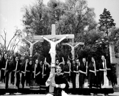 Bailarines con cristos durante una presentación