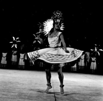 Bailarinas del Ballet Popular interpretan danza folclórica