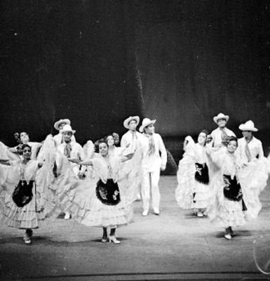 Bailarines del Ballet Popular interpretan danza folclórica en un teatro