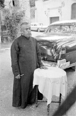 Sacerdote en una calle durante el festejo de una boda