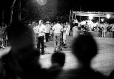 Mayas bailan en un parque