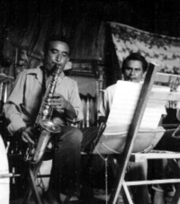 Músico mayas tocan el saxofón en una vivienda