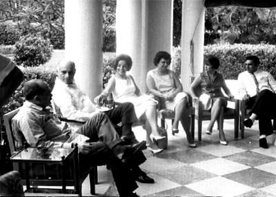 Gente conversa en la terraza de una casa