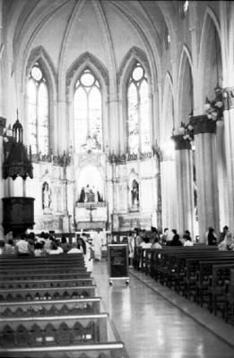 Feligreses en el interior de una iglesia