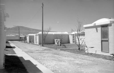 Calle empedrada y casas en conjunto habitacional