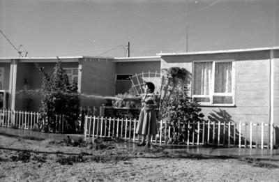 Mujer fuera de una casa habitación en una unidad