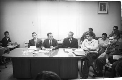 Funcionarios del Instituto Nacional de la vivienda durante junta en una oficina