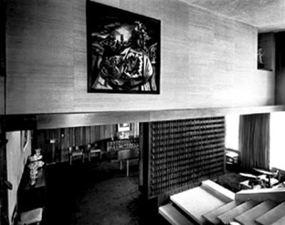 Comedor y escaleras de una mansión, interior