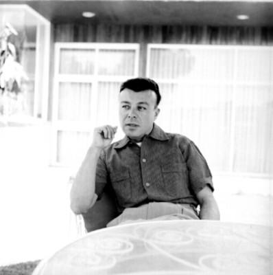 Hesiquio Aguilar sentado en una terraza