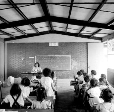 Niñas reciben catedra en una escuela