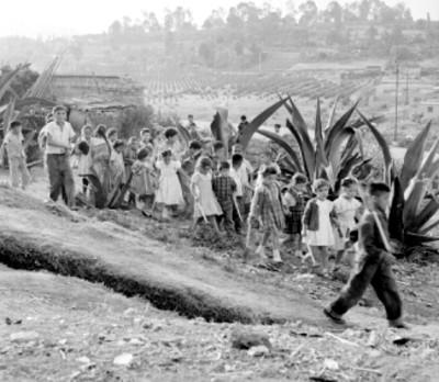 Niños dan un paseo en un campo