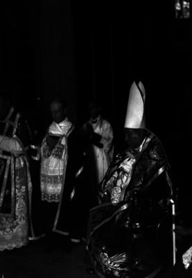 Pascual Díaz Barreto y sacerdote oficiando una misa