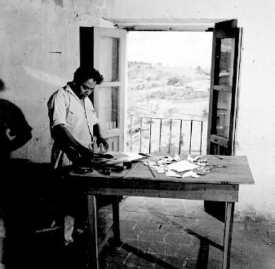 Artesano realiza labores en un taller