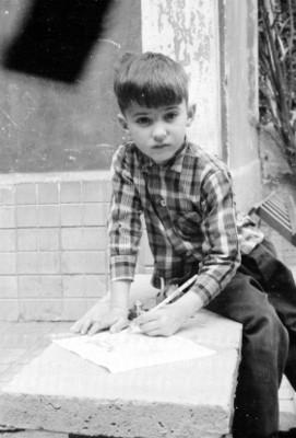 Niños sentados sobre una banca, retrato