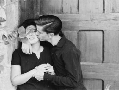 Guillermo Arriaga besa a su esposa