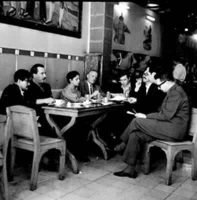 Pintores conversan en un restaurante