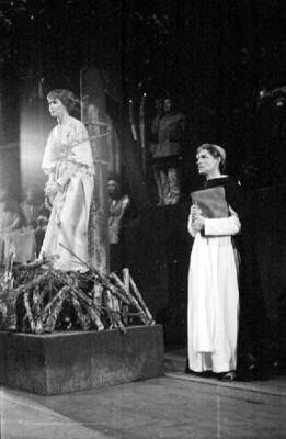 María Douglas durante una obra