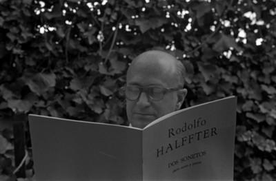 Rodolfo Hafter observa partituras musicales