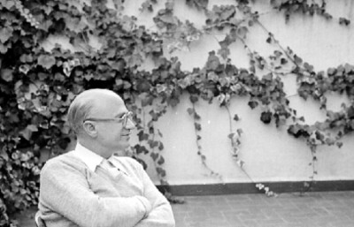 Rodolfo Halffter en un patio, retrato