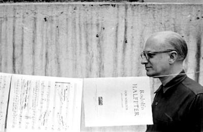 Rodolfo Halffter revisa partituras musicales