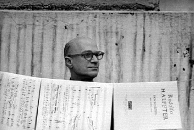 Rodolfo Halffter observa partituras musicales