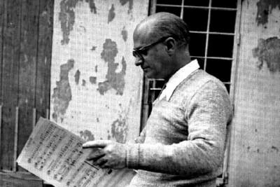Rodolfo Halffter revisa notas musicales