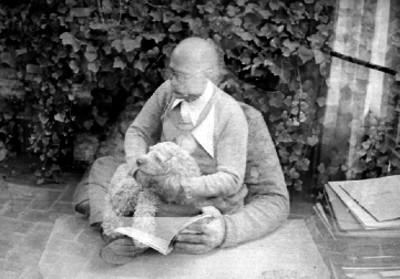 Rodolfo Halffter acaricia un perro