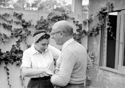 Rodolfo Halffter y mujer en un jardín