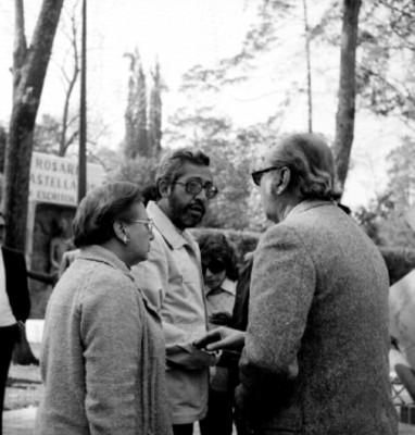 Raquel Tibol conversa con hombres durante homenaje luctuoso de David Alfaro Siqueiros en la Rotonda de los Hombres Ilustres