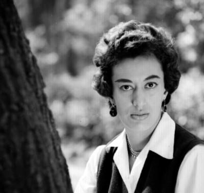 Rocio Sáenz junto a tronco de árbol, retrato