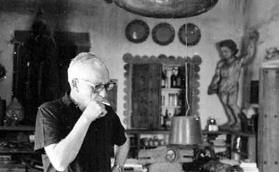 William Spratling fuma en su casa