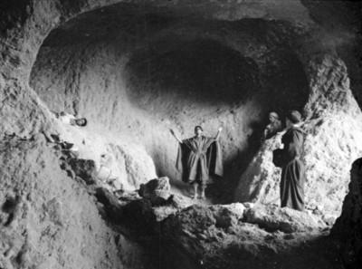 Actores en una cueva, escena de la película Los Hombres Cultos