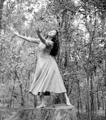 Rocio Sagaón entre árboles interpreta el vuelo del alma