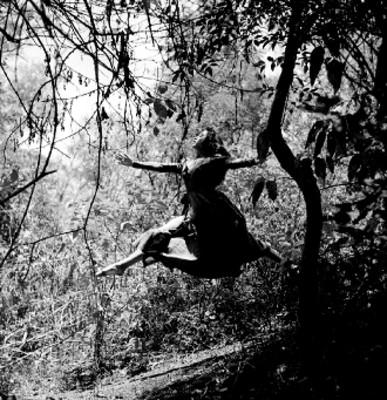Rocio Sagaón entre árboles, interpreta el vuelo del alma