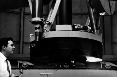 Astrónomo manejando un telescopio óptico