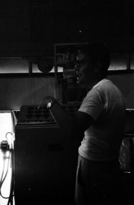 Luis Enrique Erro dirige los controles de un telescopio óptico