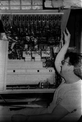 Luis Enrique Erro manejando los controles de un telescopio óptico
