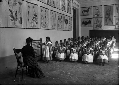 Profesora y alumnas durante la clase de matemáticas en la Casa Amiga de la Obrera