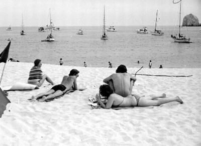 Turistas se recrean en la playa