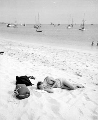 Turista se asolea en la playa