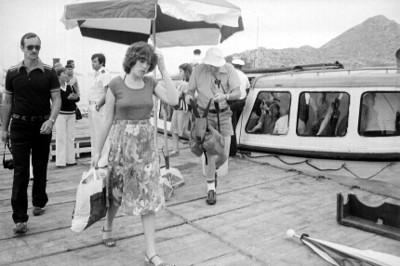 Turistas desembarcan de un yate