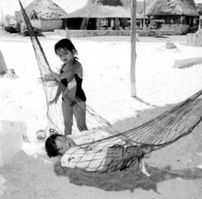Niños jugando en una amaca