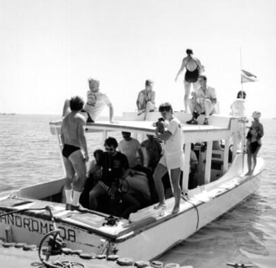 Turistas en un yate sobre el mar