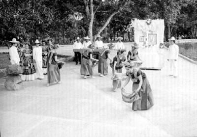 Mujeres interpretan baile de la Bella Ortebana