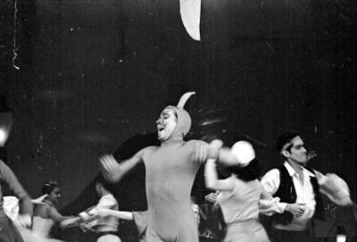 Actores bailan durante la representación de la opereta músical