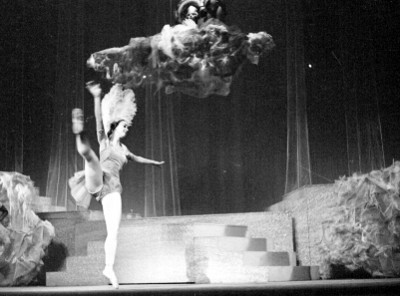 Actriz durante la representación de orfeo en los infiernos