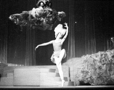 Actriz baila durante la opereta orfeo en los infiernos