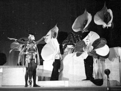 Actores durante la representación de orfeo en los infiernos