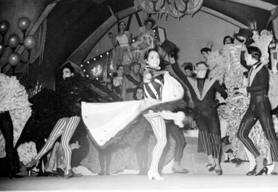 Mujeres bailan durante la representación de la opereta músical